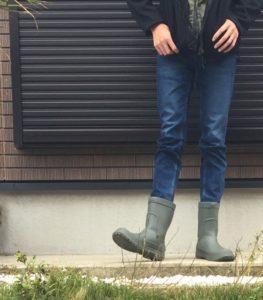 クロックスの長靴を履いた画像